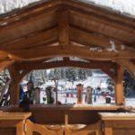 Le chalet sur la terrasse sous la neige
