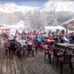 Skieurs sur la terrasse en hiver